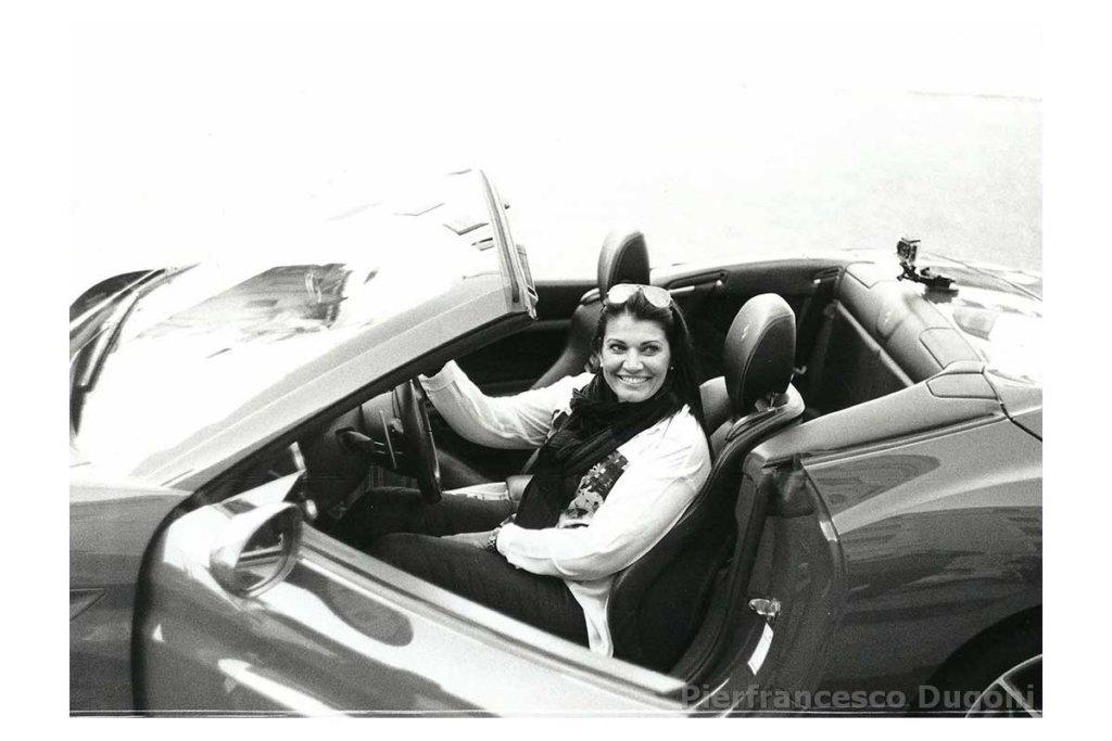 Donna sulla Ferrari