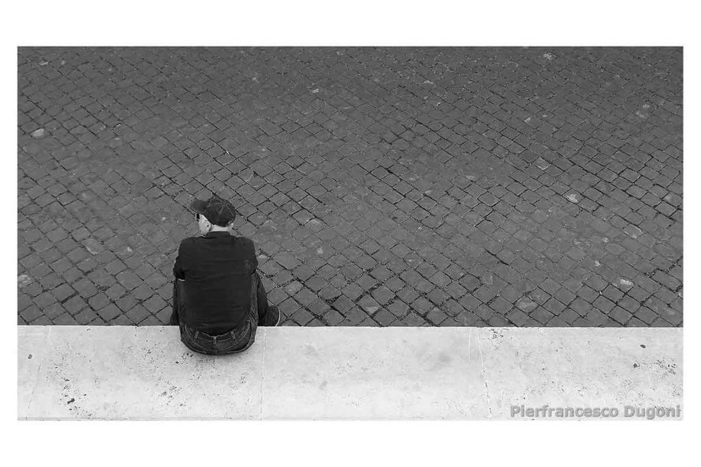 Uomo-seduto-sul-marmo
